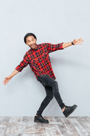 Vrolijke grappige jonge man dansen en plezier Stockfoto