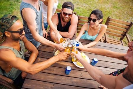 Draufsicht der glücklichen jungen Freunden sitzen und feiern auf Party im Freien