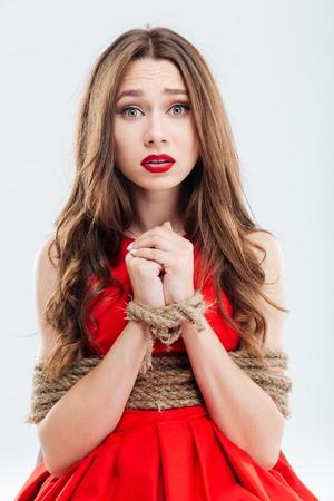 Retrato de mujer joven asustado limitada con cuerdas