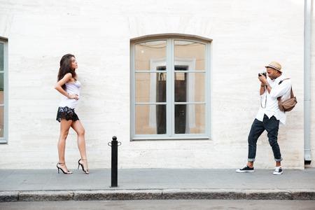 poses de modelos: Model poses for afro photographer on the street Foto de archivo