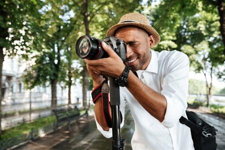 公園の黒人男性を浮かべてカメラ