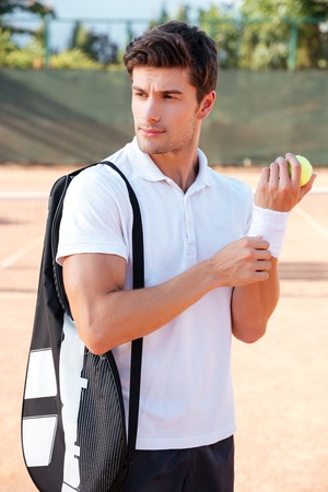 Tennis Mann auf dem Platz. Wegschauen. vertikale Bild