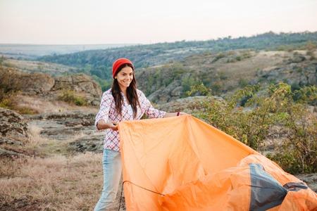 recoger: Gril joven tienda a cobro revertido en la montaña
