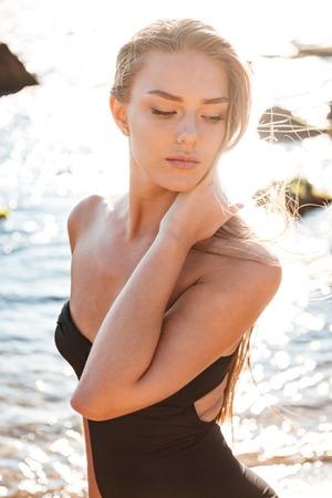 Fashion meisje in zwembroek. op het strand. zo mooi
