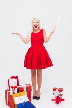 flapper: Emocionado mujer alegre en rojo aleta de retención vestido y divertirse Foto de archivo