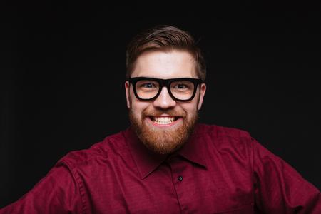 카메라를보고하는 재미 있은 안경에 수염 난된 남성 대단하다 웃 고. 격리 된 검은 배경 스톡 콘텐츠