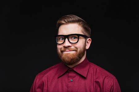 남성 대단하다 카메라를 찾고 재미 있은 안경에 웃 고. 격리 된 검은 배경