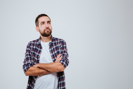 組んだ腕のポーズと見上げると、シャツの思いやりのある髭を男します。 写真素材