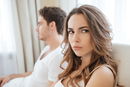 Trauriges unglückliches junges Paar, das Probleme im Bett hat Standard-Bild