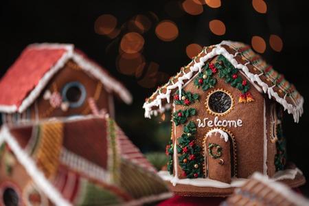 Süße Lebkuchenhäuser mit Inschrift geschmückt Willkommen Standard-Bild - 75436515