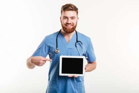 흰 배경에 고립 된 빈 화면 태블릿 컴퓨터에서 친절 한 행복 한 의사 또는 간호사 손가락의 초상화