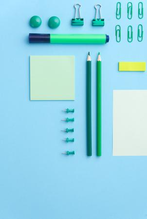 Vista superior de la imagen de suministros de oficina en la mesa de fondo azul Foto de archivo - 80123879