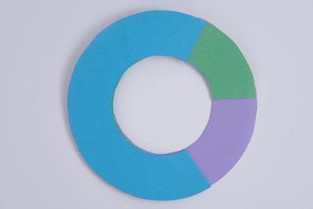 Imagen de diagrama de gráficos de negocios aislado sobre fondo de tabla gris. Foto de archivo - 80123683