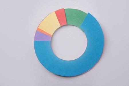 Imagen de diagrama de gráficos de negocios aislado sobre fondo de tabla gris. Foto de archivo - 80123752