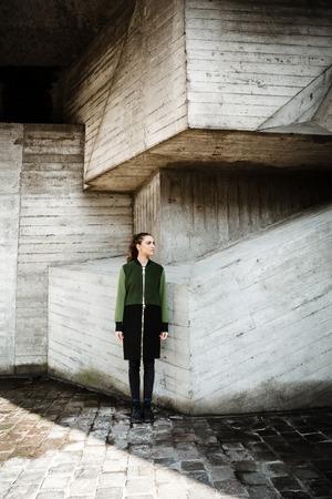 koncentrovaný: Obrázek módní krásná mladá žena stojící a představující venku. Pohlédl stranou. Reklamní fotografie