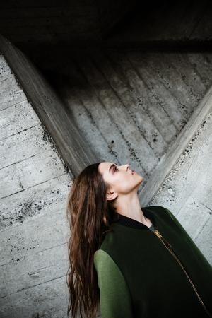 koncentrovaný: Obrázek úžasné mladé ženy stojící a představující venku. Pohlédl stranou.