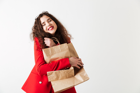Blij lachend verkoop vrouw bedrijf boodschappentassen geïsoleerd op witte achtergrond Stockfoto