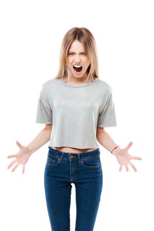 立っていると、白い背景で隔離された叫んで怒っている女性の肖像画