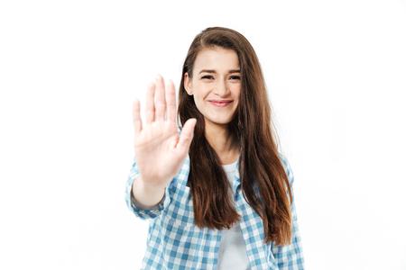 Portret van een gelukkige glimlachende vrouw die hoogte vijf geeft die aan camera over witte achtergrond wordt geïsoleerd