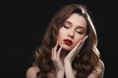 赤い唇と目を閉じて優しい魅力的な若い女性