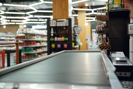 슈퍼마켓 상점에서 계산원의 책상 자른 그림