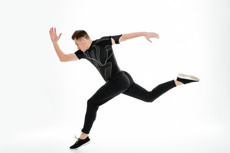 Seitenansicht in voller Länge Portrait eines gesunden Sportlers fing an, lokalisiert über weißem Hintergrund zu laufen Standard-Bild - 81038168