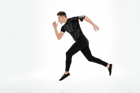 Ganzaufnahme der Seitenansicht eines starken jungen Sportlers begann zu laufen, lokalisiert über weißem Hintergrund Standard-Bild - 81052883