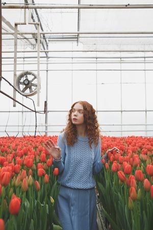 Meisje aan het raken van bloemen Stockfoto