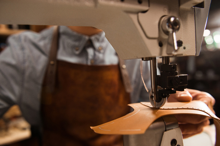 워크샵에서 재봉틀을 사용하여 파이의 까이 서