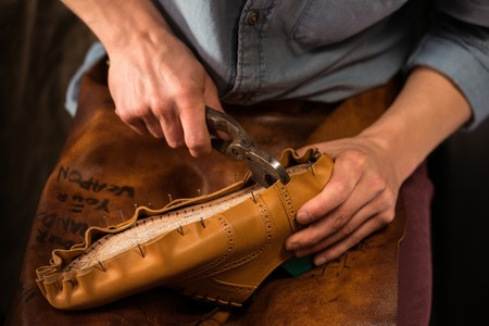 靴屋の靴を作るワーク ショップに座っての写真をトリミング 写真素材