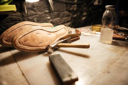 신발 워크샵에서 테이블에 신발 그림. 스톡 콘텐츠