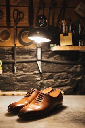 신발 워크샵에서 테이블에 신발의 이미지입니다. 스톡 콘텐츠 - 82350434