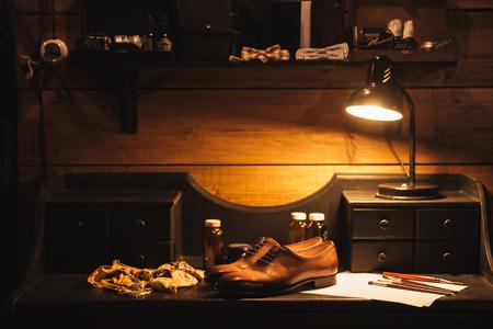 Afbeelding van schoenen op tafel bij schoenenwinkel.