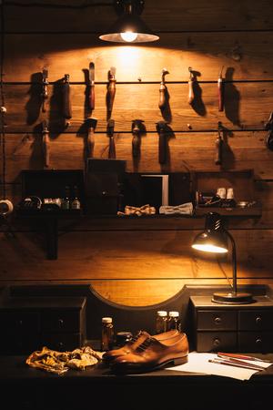 신발 워크샵에서 테이블에 신발의 이미지입니다. 스톡 콘텐츠