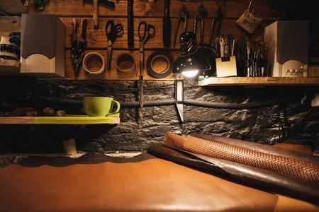 Bild von Instrumenten auf Holzwand in Schuhwerkstatt. Standard-Bild - 82350500