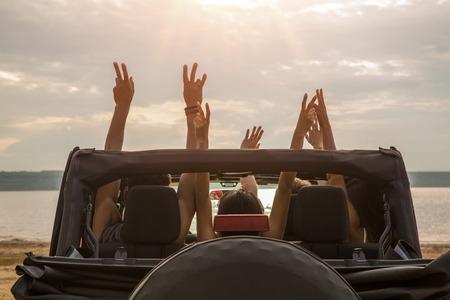 제기와 재미를 가진 차에 앉아 행복 친구의 그룹의보기를 다시