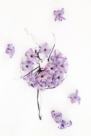 Ballerine de ballerine dessinée à la main portant robe faite de fleurs de jacinthes naturelle et posant sur une cagoule isolé sur blanc. illustration de mode Banque d'images - 84674916