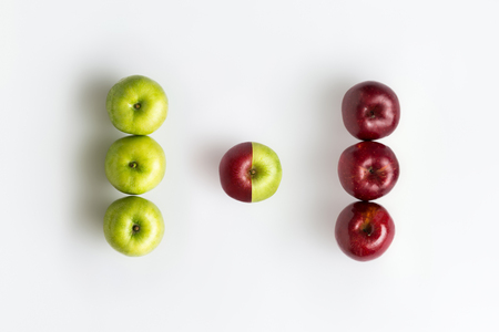 白で分離された遺伝子組み換えの赤と緑のりんごのトップ ビュー 写真素材