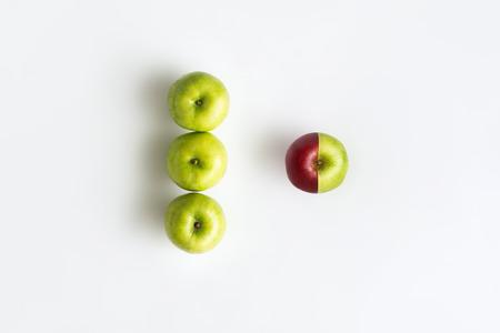 빨강 및 녹색 색상의 두 반에서 결합하는 애플의 상위 뷰. 환경 변화 추세 또는 변경된 개념 스톡 콘텐츠