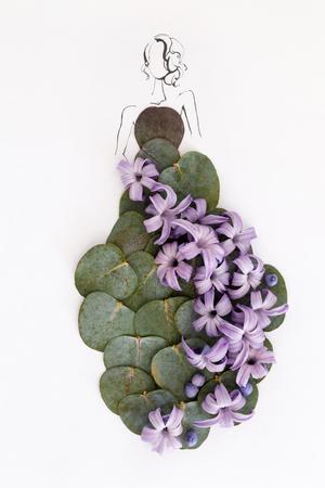손으로 그려진 된 아름 다운 여성의 실루엣 화이트 이상 격리 자연 꽃 드레스를 입고. 패션 일러스트레이션