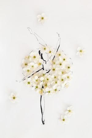 Main dessinée belle ballerine portant la robe faite de fleurs naturelles et posant sur une pointe de pied isolé sur blanc. Illustration de mode Banque d'images - 84674974