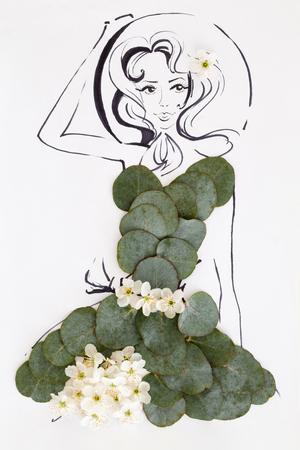 Bergeben Sie das gezogene schöne weibliche Schattenbild, welches das natürliche Blumenmusterkleid trägt, das über Weiß lokalisiert wird. Modeillustration Standard-Bild - 84675003
