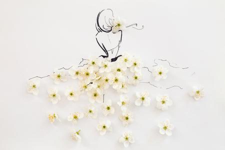 Achtermening van een hand getrokken vrouwelijk silhouet die die kleding dragen van natuurlijke bloeiende witte die bloemen wordt gemaakt over wit worden geïsoleerd. Mode illustratie