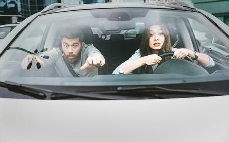 Mooi stel in crash. vrouw aan het stuur. vooraanzicht
