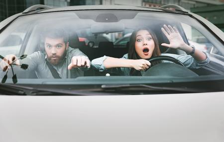 Afbeelding van paar in crash. vooraanzicht. vrouw aan het stuur Stockfoto