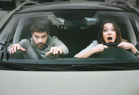 Koppel in crash. vooraanzicht. witte auto
