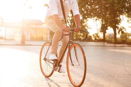 야외에서 산책하는 자전거와 잘 생긴 젊은 아프리카 남자 이른 아침의 잘린 된 그림. 스톡 콘텐츠 - 85242822