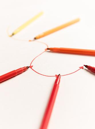 백서에 다채로운 마커가 그려지는 점이있는 선형 경로 그림. 이름, 제목 공간