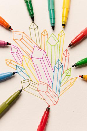 Groupe de cristaux colorés peints entre différents marqueurs sur papier Banque d'images - 86690064