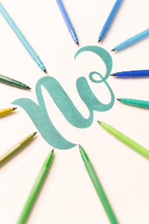 Frase verde dibujado a mano NO en la hoja blanca entre marcadores de colores. NO en el marco de los marcadores Foto de archivo - 86790498